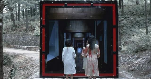 Rejtély, hogy az emberek miért mennek a sötétbe, pedig a fény biztonságos. Mindegy, Asako és édesanyja egy rémálomban, ha az volt...