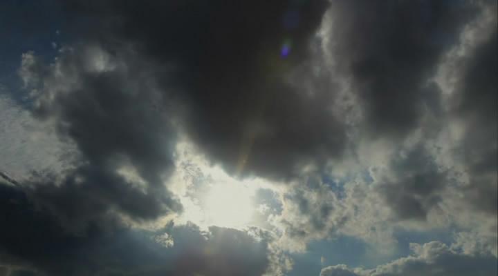 A gyakran feltűnő borús ég. Vajon a bosszú ízét tükrözi?