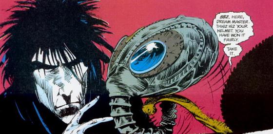 Sandman és sisakja, ami inkább hasonlít egy gázálarcra, mint királyi szimbólumra.